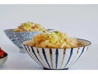 酸菜肉丝面,翻炒均匀后加入一勺生抽适量水。煮开后淋在面条上即可