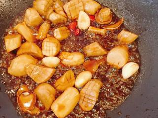 蚝汁杏鲍菇,翻炒均匀至汤汁浓稠即可