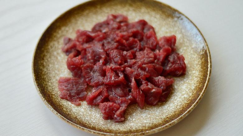 西芹炒牛肉,<a style='color:red;display:inline-block;' href='/shicai/ 216'>牛肉</a>逆着纹路切成薄片