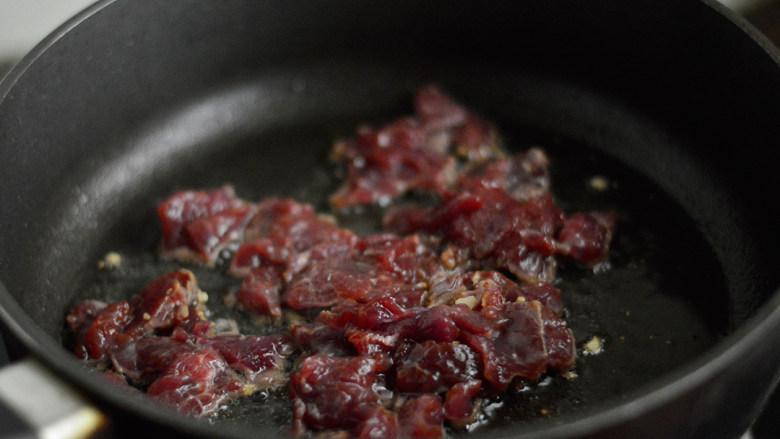 西芹炒牛肉,放入牛肉片