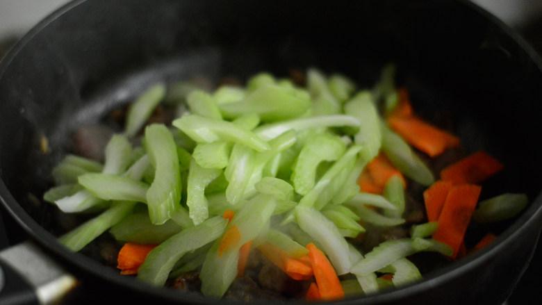 西芹炒牛肉,放入西芹和胡萝卜炒制