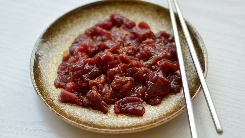 西芹炒牛肉,用筷子拌匀,腌制一会