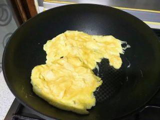 狗年旺旺,年夜饭系列5️⃣《韭黄虾》,鸡蛋打散,油锅里炒熟。