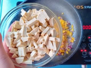 暖色系-五彩斑斓彩椒豆腐干,再加入豆腐干炒5分钟