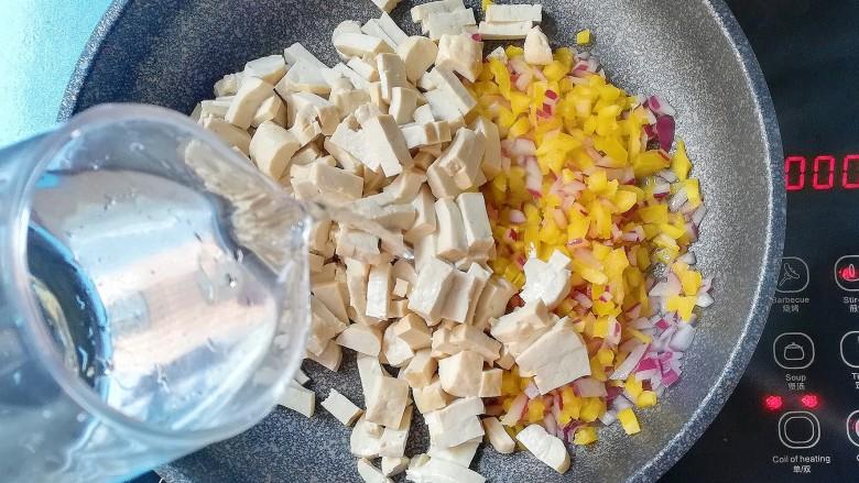 暖色系-五彩斑斓彩椒豆腐干,加入适量清水,以免糊锅