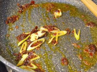 肥牛麻辣香锅,在下入葱姜蒜炒香。能吃辣的在加入干辣椒。
