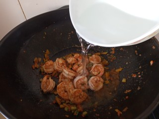 虾仁时蔬焗饭,加适量水