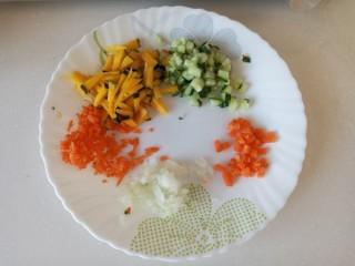 虾仁时蔬焗饭,南瓜,黄瓜,胡萝卜,洋葱切碎