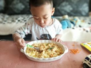 虾仁时蔬焗饭,认真吃饭的孩纸