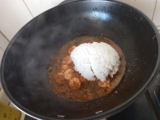 虾仁时蔬焗饭,放入焖好的米饭