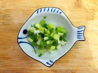 春风十里~塔吉锅二仙戏珠 ,小葱洗净,如图所示,切圈,备用