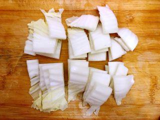 春风十里~塔吉锅二仙戏珠 ,大白菜洗净,叶瓣和叶梗分开,先将叶梗如图所示,切段