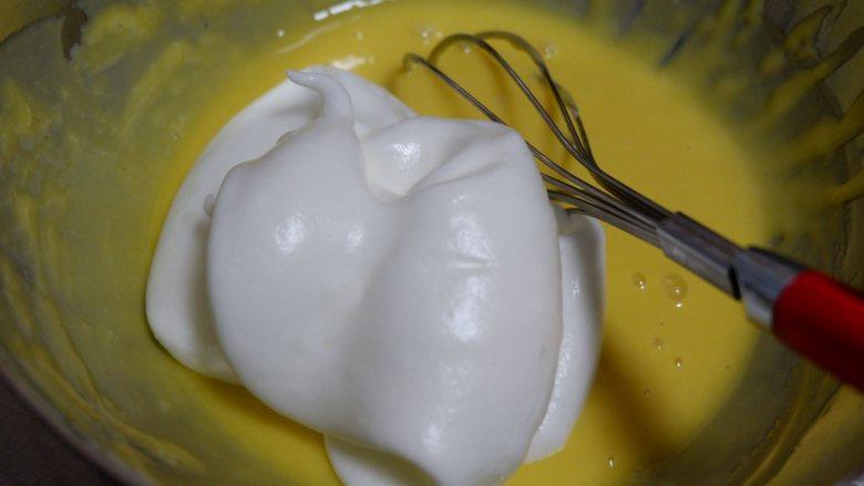 红丝绒旋风蛋糕卷,取三分之一蛋白加入蛋黄糊中,画J或者Z搅拌均匀均匀