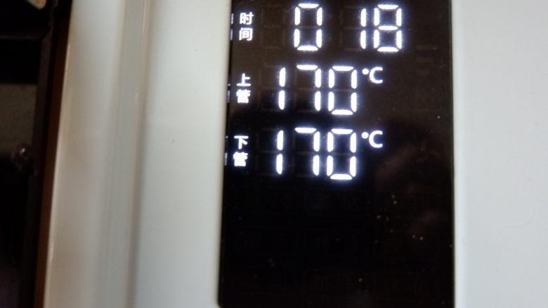 红丝绒旋风蛋糕卷,完成之后,轻震几下烤盘。 预热好的烤箱,170度18-20分钟