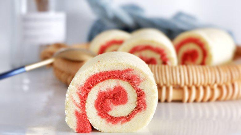 红丝绒旋风蛋糕卷,出炉之后震去热气,撕去油布放到烤网上晾凉即可 喜欢吃奶油的可以抹上奶油在卷