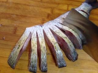年味——宴客大菜孔雀开屏鱼,从腹部朝背部均匀地切条,要保证腹部相连不断
