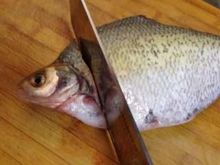 年味——宴客大菜孔雀开屏鱼,斩断鱼头和鱼尾;