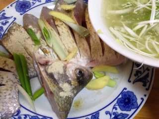 年味——宴客大菜孔雀开屏鱼, 切好的鱼撒白胡椒粉、料酒、葱段、姜片和泡好的葱姜水抓匀腌15分钟去腥