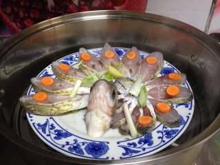 年味——宴客大菜孔雀开屏鱼,开水上锅蒸8分钟左右,关火不揭开锅盖,再焖1分钟