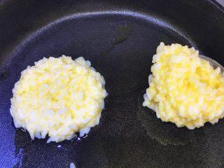 蛋香米饼,平底锅放少许油,取一勺裹了蛋液的米饭小火慢煎,待蛋液快凝固时可以撒一些熟芝麻