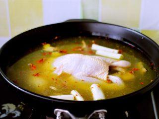 盐焗鸡,把腌制过夜的三黄鸡放入锅中
