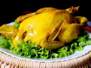 盐焗鸡,器皿里放入盘子、铺上洗净的<a style='color:red;display:inline-block;' href='/shicai/ 121/'>生菜</a>、把做好的盐焗鸡放在生菜上面即可、颜值爆棚有木有