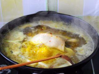 盐焗鸡,用勺子轻轻翻动一下三黄鸡、以免鸡皮粘到锅里、影响颜值