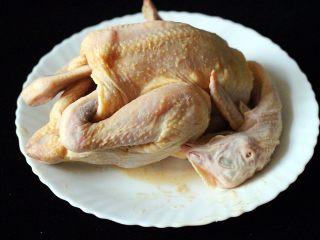 盐焗鸡,包括鸡的肚子里边都要涂抹一遍、把鸡爪顺手放入鸡肚子里
