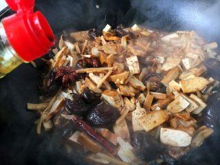 海鲜卤面,倒入120ml的酱油,翻炒均匀。