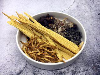海鲜卤面,木耳、香菇、干花菜、笋干、腐竹这些干货都是在三鲜卤中起到提鲜作用的。