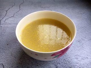 海鲜卤面,打三鲜卤需要放高汤(清水代替也可以),这是我提前煲好的高汤。