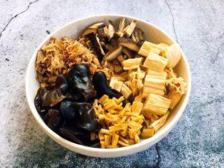 海鲜卤面,所有的干货都要提前泡发好。干货的泡发,泡发时请用凉水,木耳和香菇至少要提前1个小时泡发,腐竹和笋干要提前8个小时泡,干黄花菜泡半个小时就可以。然后把这些泡发的将泡发好的木耳撕小朵,黄花菜切1厘米段,香菇切小片,腐竹切成寸段,笋干切成1厘米见方的小片。 这些泡发食材切的大小可随个人喜好大小来切。