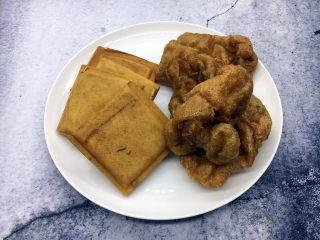 海鲜卤面,三鲜卤面中必不可少的香干和面筋。