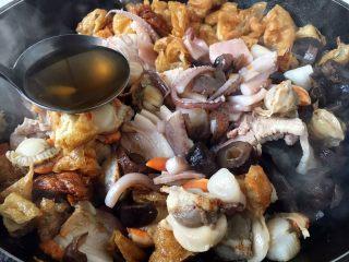 海鲜卤面,倒入香菇水。