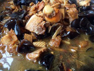 海鲜卤面,香菇水和高汤的量要没过食材3厘米左右。三鲜卤讲究大火炖小火焅,先将汤大火炖开,随后改小火慢炖,小火慢炖时间可自行掌握,一般情况下炖10分钟后面筋软烂就可以了。要想三鲜卤更好吃可小火炖2个小时,我当时炖了40分钟左右。
