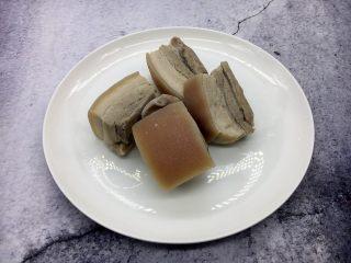海鲜卤面,平日里我们打三鲜卤习惯放炒肉片,那样方便便捷,因为是过年就做的就得地道些,因为按照传统的做法三鲜卤里放的就是白肉,即用买来的无花肉先焯水,然后放入姜片、八角、用清水炖五花肉,炖至五成熟,待凉透后切成2毫米左右的大片备用。