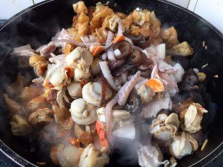 海鲜卤面,放入其它所有食材翻炒均匀。炒虾仁暂时先放入了一半,先用一半的虾仁焅出鲜味,然后到最后再放入另外一半的炒虾仁,为的是吃虾仁软嫩的口感。