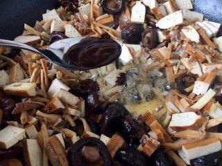 海鲜卤面,把煸炒好的食材扒在锅的一边,锅的中间留出来,放入1勺的天津甜面酱,小火把甜面酱炒出香味。