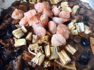 海鲜卤面,40分钟后放入另外一半的炒虾仁和腐竹,把它们煮开即可。