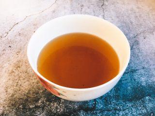 海鲜卤面,另外泡发香菇的水一定要保留,过滤杂质后备用。 香菇被称为天然的味精,香菇水能起到提鲜增香的作用。