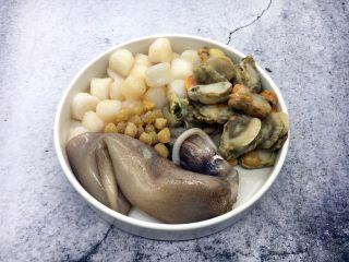海鲜卤面,在三鲜卤中可放些自己喜欢的海鲜,大海鲜螃蟹、鲍鱼,以及贝壳类的小海鲜您随意加。我准备了小海鲜鱿鱼、全贝、鲜贝、和干贝,我感觉干贝的提鲜效果最好。