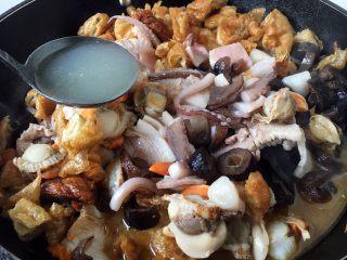 海鲜卤面,倒入高汤。