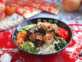 海鲜卤面,浇上三鲜卤,再加上几筷子你喜欢的四个拌菜,拌一拌,鲜浓醇厚的三鲜卤面味道妙不可言。