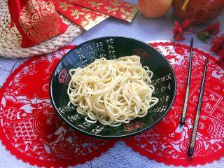 海鲜卤面,将煮好的适量的面条放在大碗里。