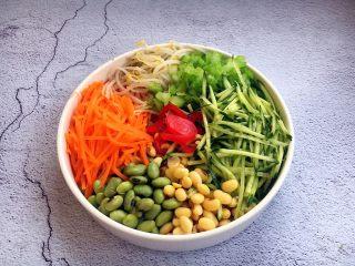 海鲜卤面,这是准备好的菜码:黄瓜、胡萝卜、绿豆芽,黄豆、青豆、芹菜丁、红粉皮。菜码是用于拌三鲜卤面的,有了它营养更均衡健康,菜码可随自己的口味搭配应季时蔬,丰俭由己。过年一定要放红粉皮,显得喜庆的同时寓意着新的一年里生活红红火火。