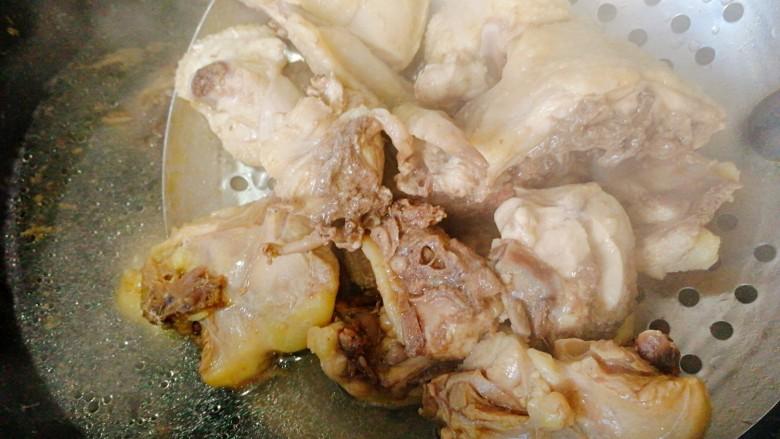 板栗烧鸡,煮开后捞出洗净控干备用