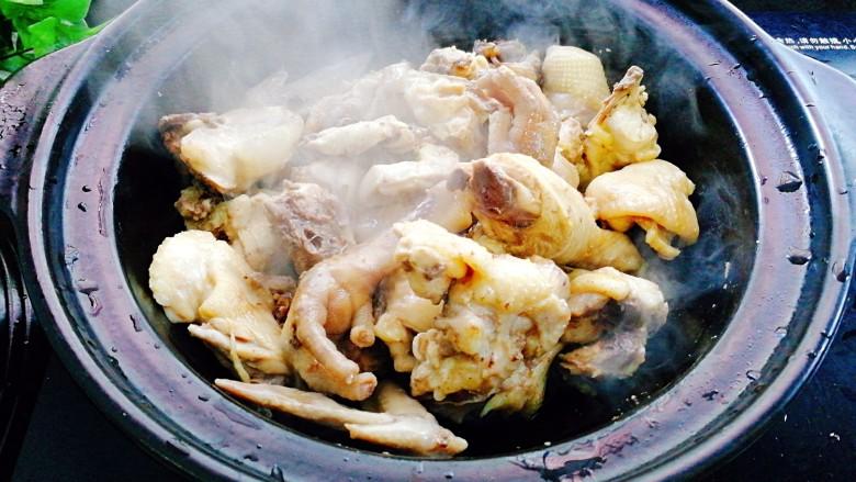 板栗烧鸡,将鸡中的水分煸干,表面微微发黄, 连同煸炒出来的油和鸡肉一起盛出备用