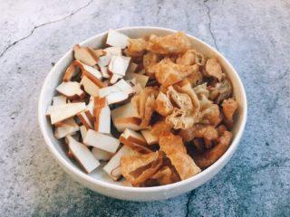 海鲜卤面,香干提前切成小片,面筋切成核桃块大小。