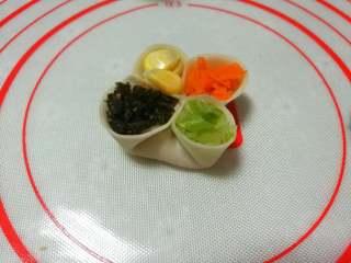 四喜蒸饺,将胡萝卜、芹菜、黑木耳、玉米四种颜色的馅料装入顶部。