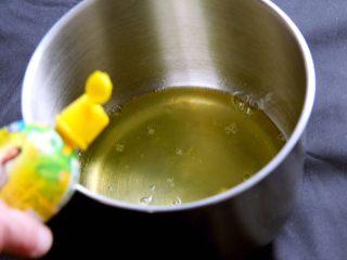抹茶戚风蛋糕,鸡蛋分离出蛋白和蛋黄,打蛋盆必须无油无水,加入柠檬汁,用打蛋器高速搅打30圈。